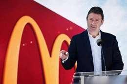 «ماكدونالدز» تقاضي رئيسها السابق لإقامته علاقات حميمة مع موظفات قبل فصله