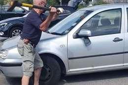. يحطم نافذة السيارة بفأس لإنقاذ كلب من الموت