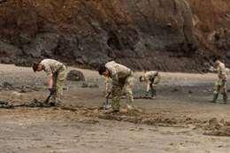 صور.. الجيش البريطاني ينظف الشواطئ من القنابل