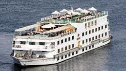 شحوط باخرة سياحية على متنها 55 سائحًا