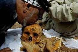 """فلسطيني يقبّل """"جمجمة نجله"""" بعد استلامها من الاحتلال"""