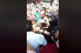 لحظة القبض على سيدتين أثناء خطفهما تلاميذ من أمام مدرسة