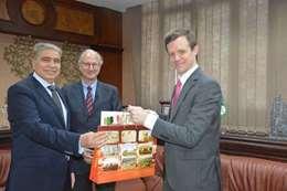 محافظ المنيا مع سفير الارجنتين