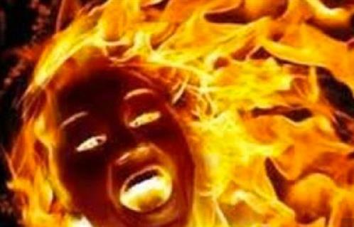 """وفاة امرأة ألقيت في النار لـ """"طرد الأرواح الشريرة"""" من جسدها"""