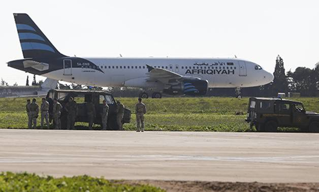 العثور على قنبلة ومسدسين داخل الطائرة الليبية