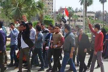 طلاب جامعة الفيوم يقطعون الطريق ردًا على اعتقال أحد زملائهم