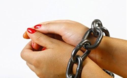 ضبط المتهمة بسرقه هواتف دفاع فتيات التحرش بقاعه المحكمة