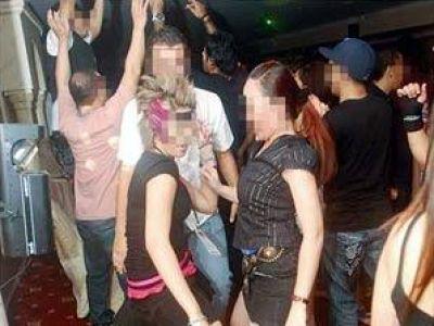 """مداهمة كافتيريا تنظم """"حفلات دعارة"""" بالطريق الصحراوي"""