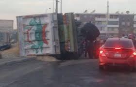 انقلاب سيارة نقل محملة بمواد بناء بطريق السويس – القاهرة