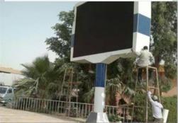 شاشات عرض بشوارع  القاهرة  لعرض تنصيب السيسى