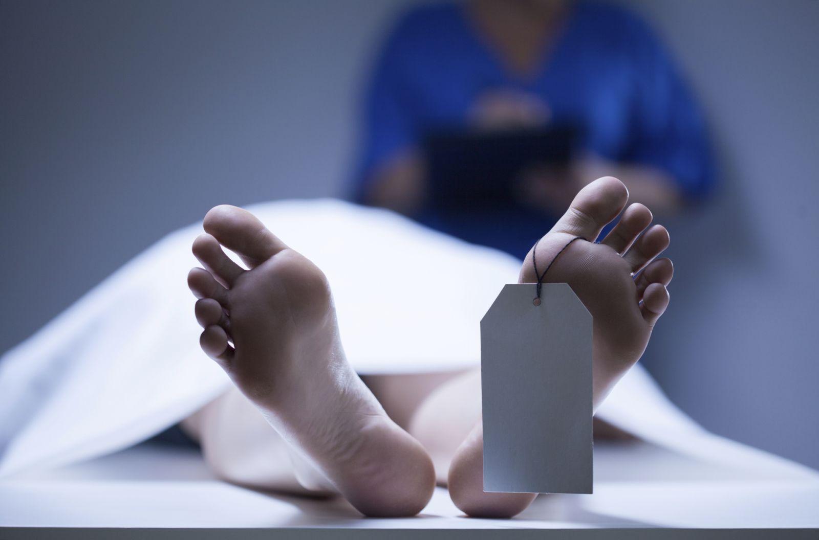 معاينة جثة مسنة قتلها نجلها بالقناطر