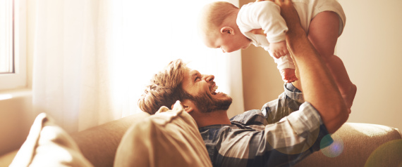 """"""" العناق"""" يقوي علاقة الوالد بأطفاله"""