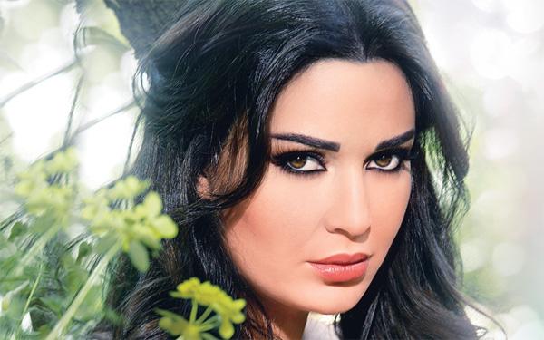 قبلة ساخنة بين سيرين عبد النور ومتسابق