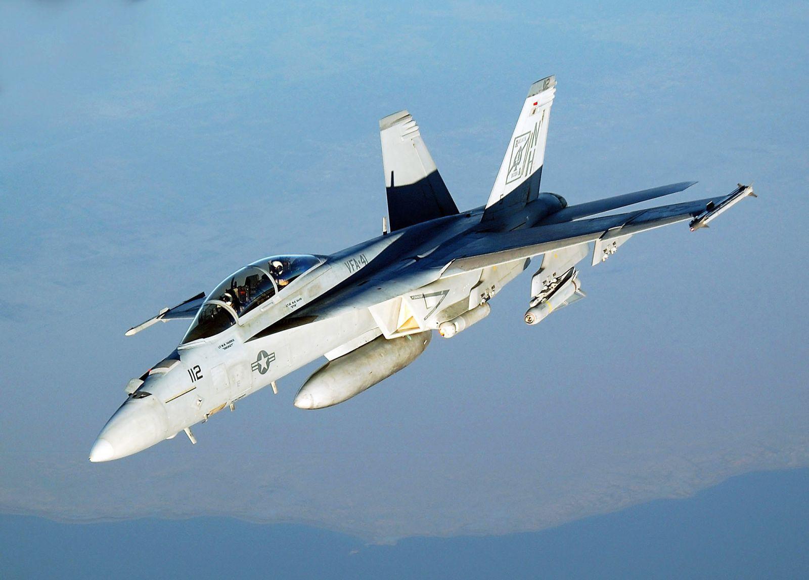 سقوط مقاتلة أمريكية في مياه الخليج