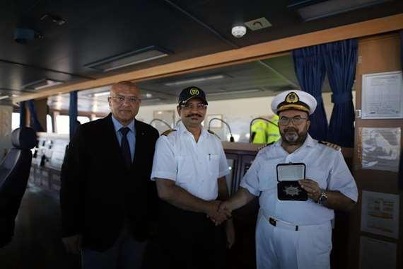 رئيس هيئة قناة السويس يشهد عبور أكبر سفينة حاويات في العالم