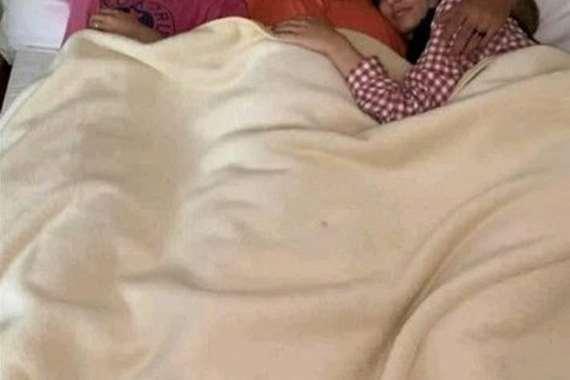 أب يقتحم غرفة نوم ابنته في شهر العسل