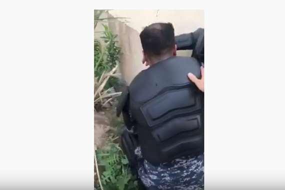 لحظة انهيار شرطي عراقي  بسبب قمع المتظاهرين