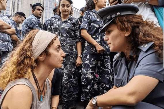 ضابطة ومتظاهرة