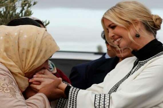سيدة مغربية تقبل يد إيفانكا ترامب