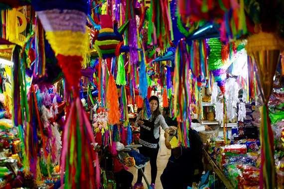 بالصور.. احتفالا بالكريسماس  أزياء سانتا كلوز  تزين أسواق المكسيك