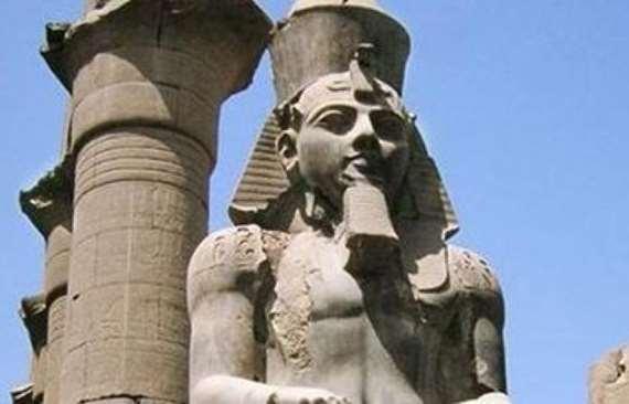 بالصور..  نقل تمثال رمسيس الثاني إلي البهو العظيم بالمتحف الكبير
