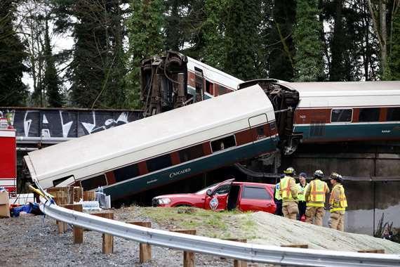 بالصور.. مصرع 6 أشخاص وإصابة العشرات فى خروج قطار عن مساره فى واشنطن