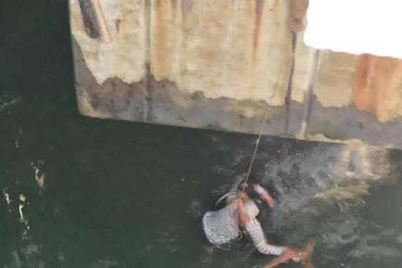 بالصور.. «فتاة السيلفي» تسقط من أعلى كوبري ستانلي في البحر
