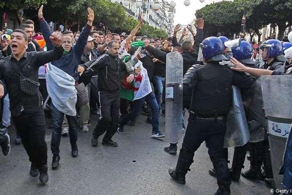 حملة اعتقالات واسعة بين المتظاهرين الجزائرين