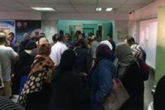 تجمهر غاضب للمرضين أمام مستشفى أسوان