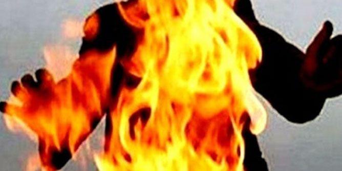 أب يشعل النيران في نفسه وطفلته بالدقهلية