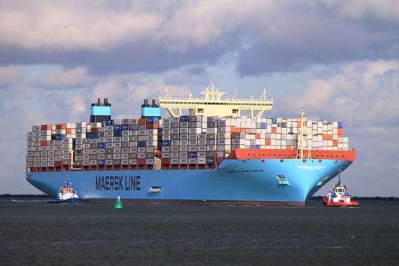 السفن تعبر قناة السويس