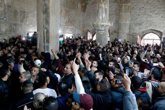 فلسطينيون يصلون في «باب الرحمة» بالأقصى