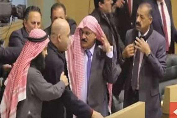 اشتباكات بين النواب بالبرلمان الأردني