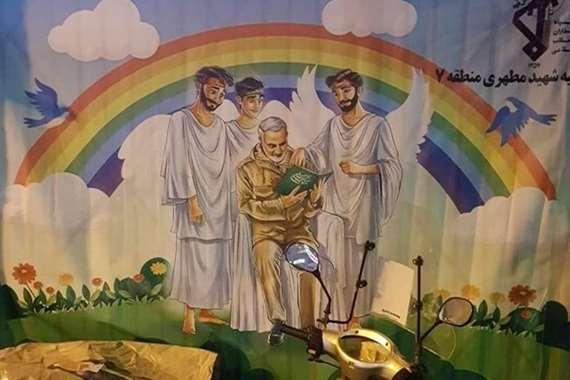 """الملائكة تسبح حول """"قاسم سليماني"""" .. جدارية بإيران"""
