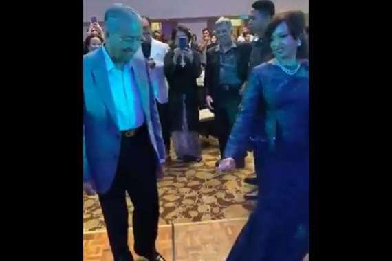 مهاتير في حفل راقص مع حفيدته