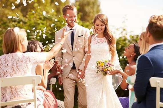 عروس تفرض رسوم دخول على حضور حفل زفافها