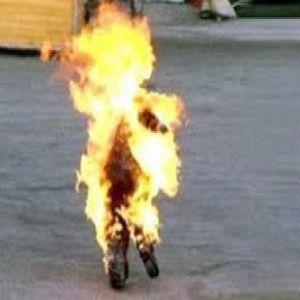 عامل يشعل النيران فى زوجته بالعياط