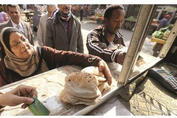 تجمع مواطنين أمام مدخل مخبز للحصول على العيش