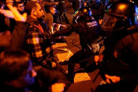 شاهد  فى برشلونة اشتباكات عنيفة بين الشرطة الإسبانية ومحتجين
