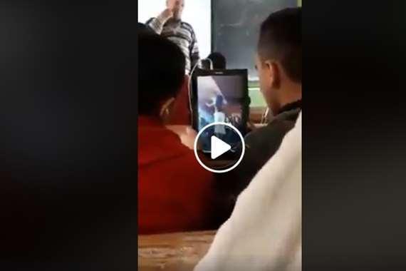طلاب يشاهدون فيديوهات رقص على التابلت في حضور المعلم