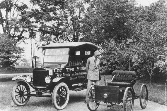 صورة نادرة لهنري فورد بجوار أول سيارة  قبل 100 عام