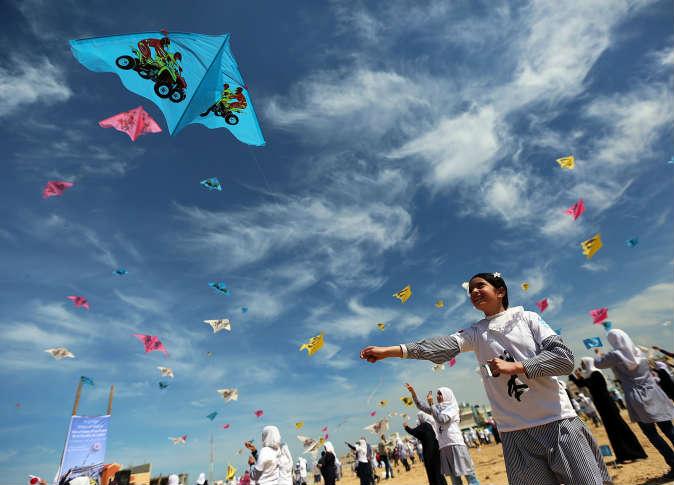 """أطفال غزة يطلقون طائرات ورقية إحياءً لذكرى """"تسونامي اليابان"""""""