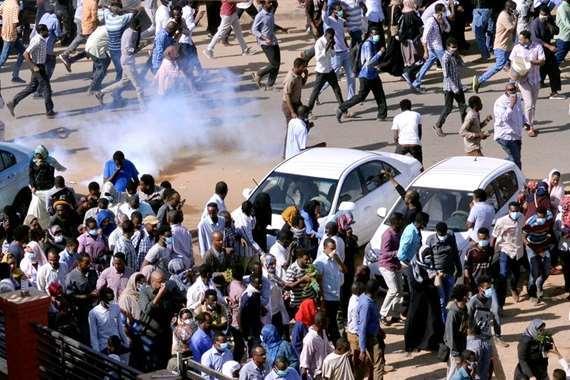 الشرطة السودانية تطلق الغاز على المتظاهرين في الخرطوم