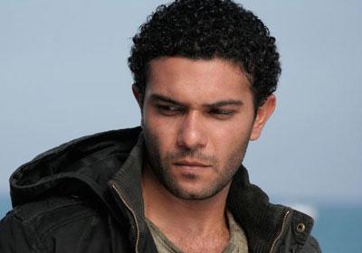 شاهد.. آسر ياسين وجده اللواء المتقاعد