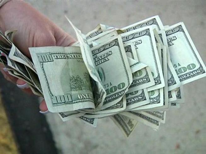الدولار يرتفع في تعاملات المساء