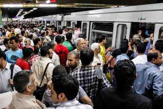 مواطنون في إحدى محطات المترو