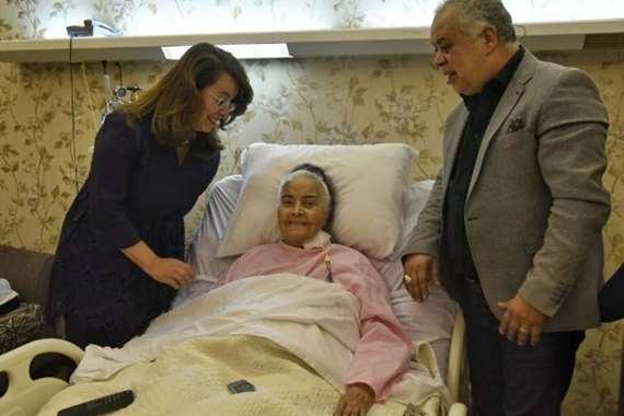 وزيرة التضامن أثناء زيارتها للفنانة فى المستشفى