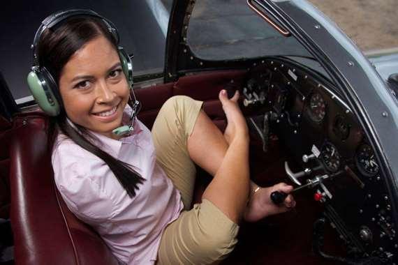 تقود طائرة