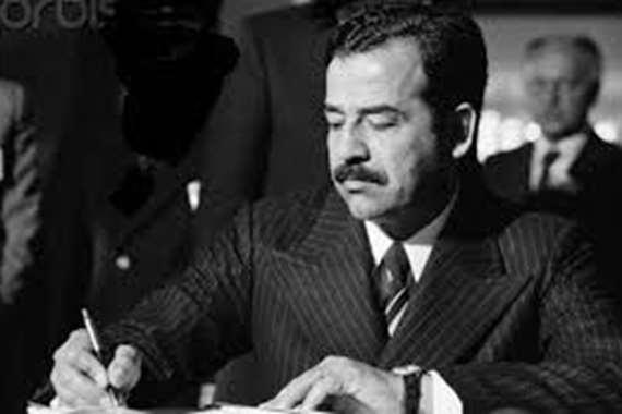 فيديو نادر لصدام حسين يشرح درسا للتلاميذ .. والمعلم مصري