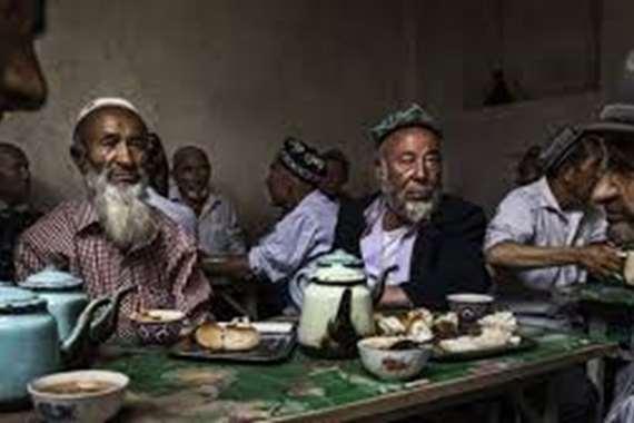 تركت كورونا.. الصين تجبر المسلمين على لحم الخنزير في رمضان